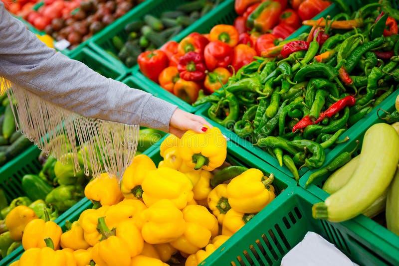 Принципиальная схема защиты интересов потребителя Женщина делая посещение магазина бакалеи на супермаркете стоковые фотографии rf