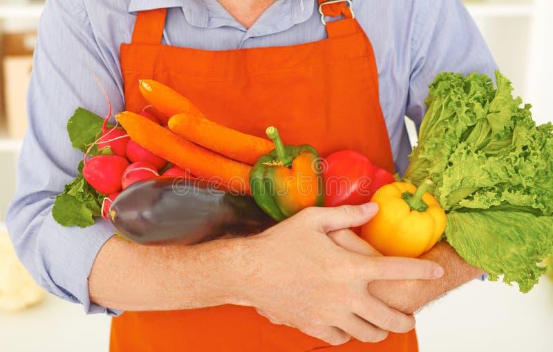 Принципиальная схема здоровой еды Крупный план midsection человека держа свежие овощи в руках стоковая фотография rf