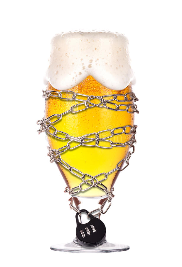 Принципиальная схема пьянства - пиво зафиксировало на цепи стоковое изображение