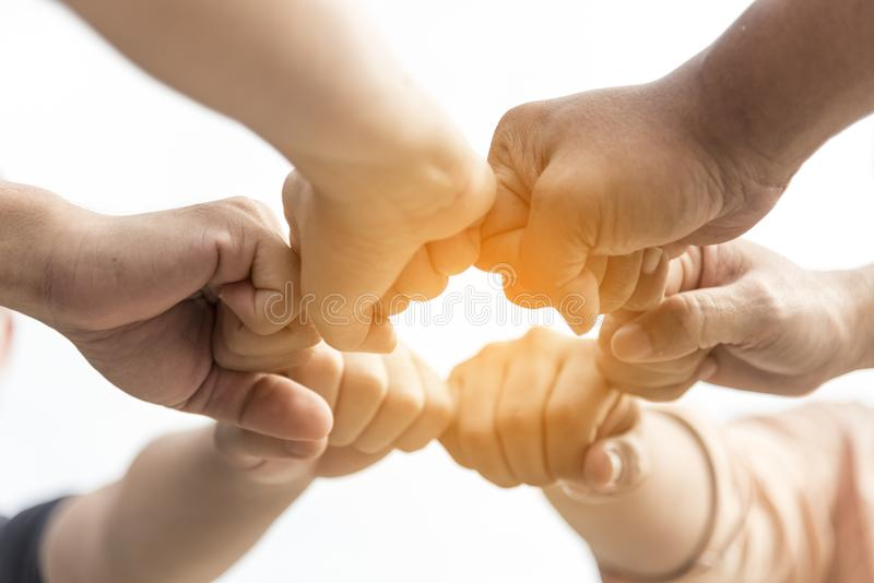 Принципиальная схема сыгранности Бизнес-группа приятельства с руками совместно стоковые изображения rf