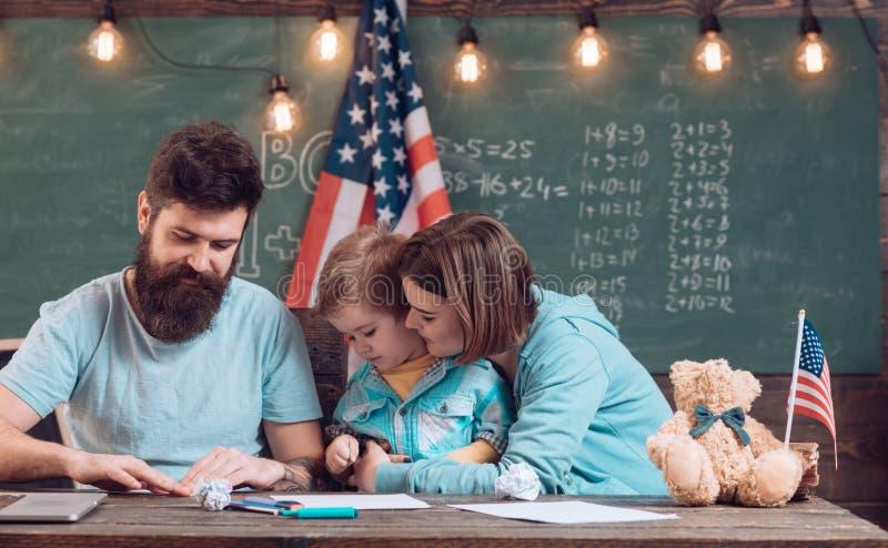 принципиальная схема творческая Origami творческого человека учителя складывая бумажное для маленького ребенка и женщины Творческ стоковое фото rf