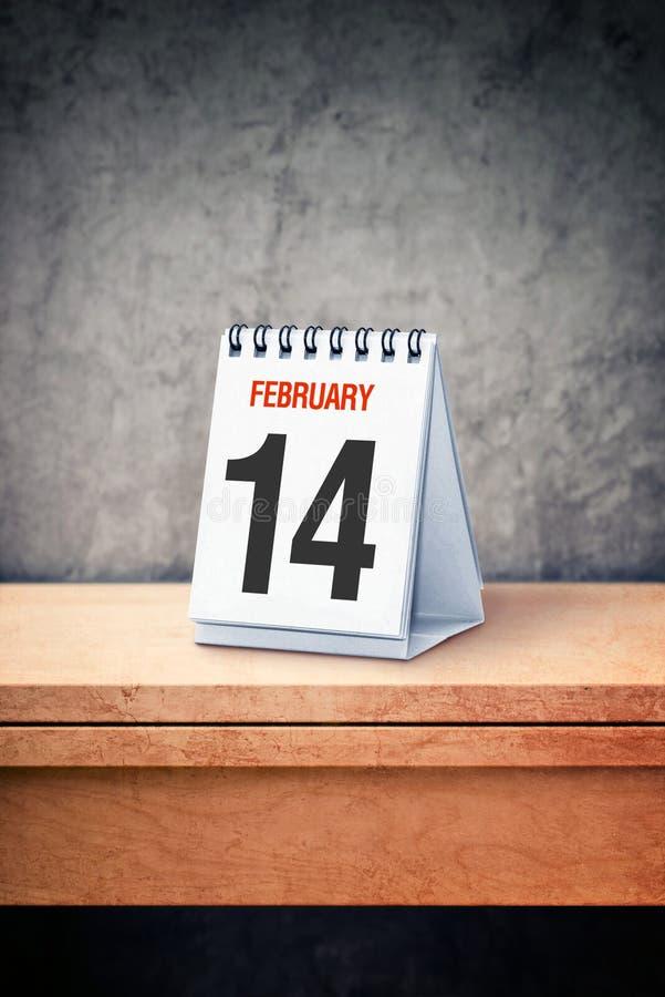 Принципиальная схема дня Валентайн 14-ое февраля на настольном календаре на офисе стоковые изображения