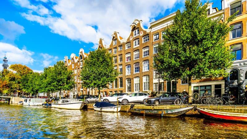 Принц Канал Prinsengracht с ним много исторических дома и прогулочных катеров в центре Амстердама стоковая фотография rf