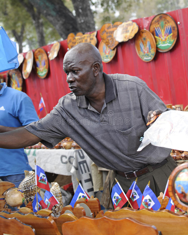 ПРИНЦ AU ПОРТА, ГАИТИ - 11-ОЕ ФЕВРАЛЯ 2014 Гаитянский сувенир стоковая фотография