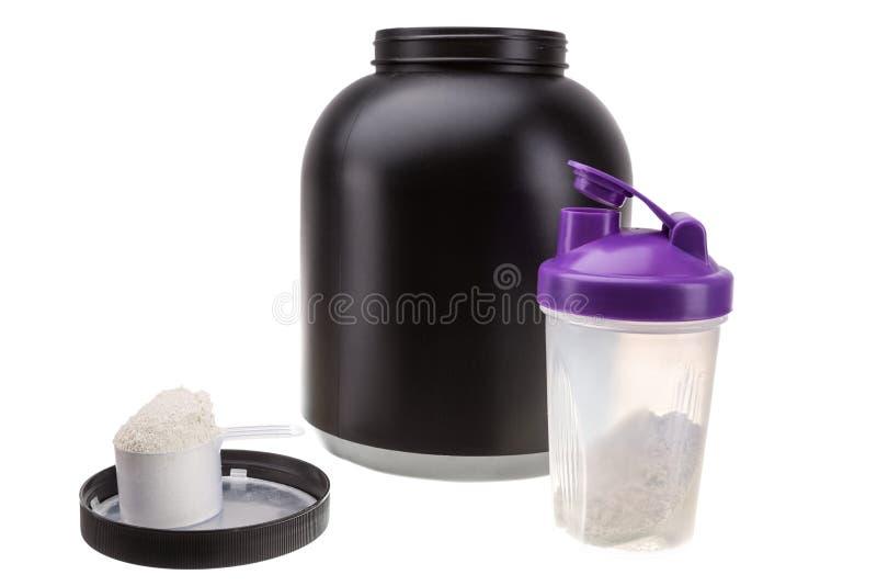 Приобретать массу мышцы Протеин и шейкер для фитнеса и культуризма стоковые фотографии rf