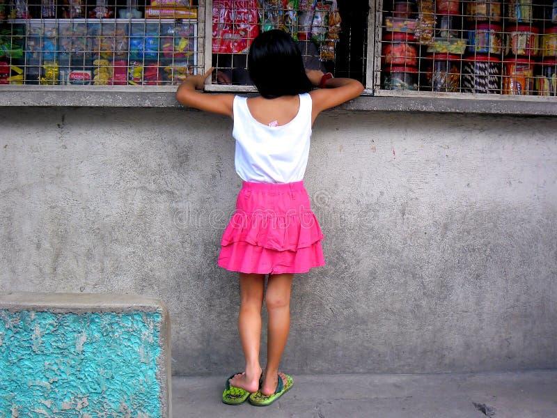 Приобретение маленькой девочки на магазине стоковое изображение rf