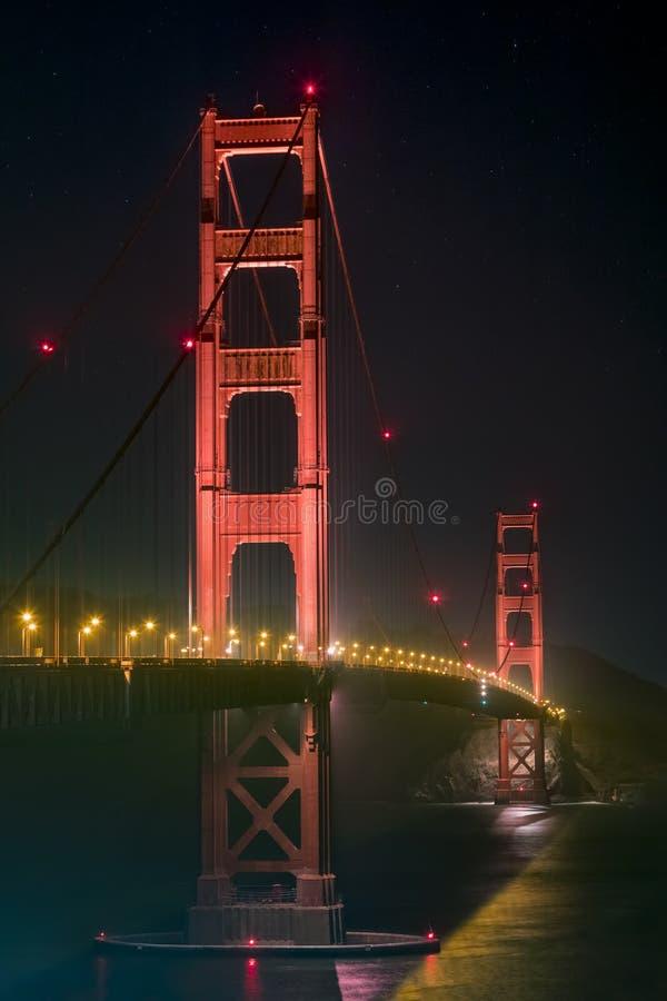 Приостанавливанный в темноте - мосте золотого строба ` s Калифорнии стоковая фотография rf