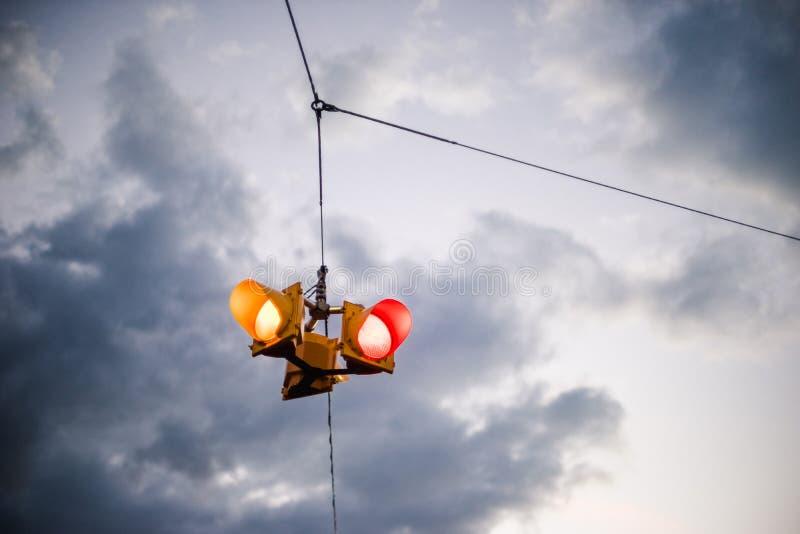 Приостанавливанный светофор против унылого неба стоковые фото