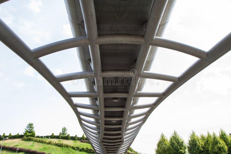 Приостанавливанный footbridge крупного плана современный сфотографированным снизу стоковое фото