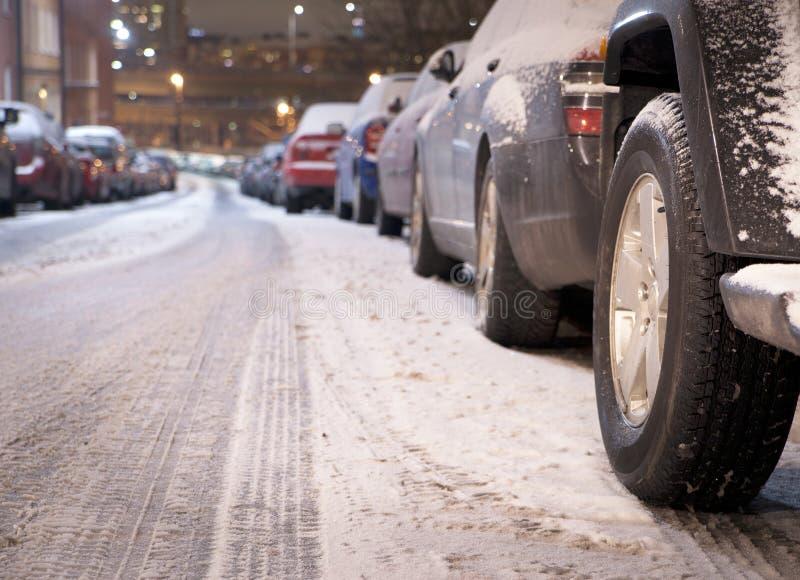 Припаркованные автомобили в зиме стоковые фотографии rf
