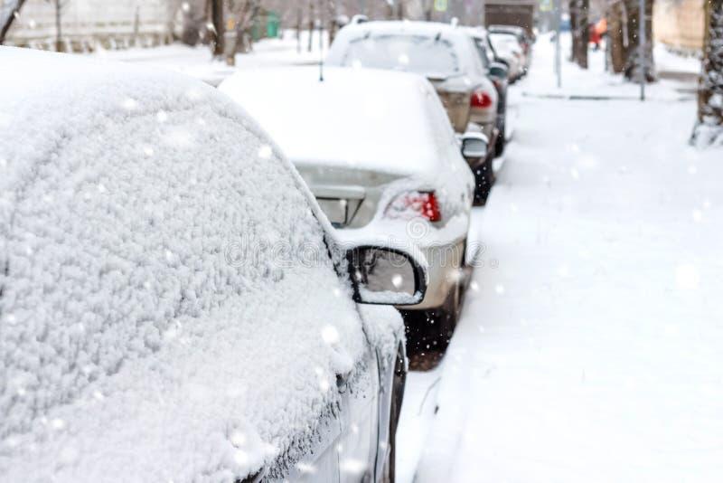 Припаркованные автомобили в снеге стоковые фото