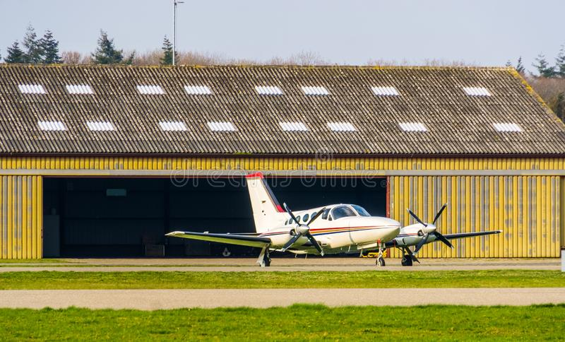 Припаркованные белые воздушные судн на аэропорте, воздушных перевозк стоковая фотография
