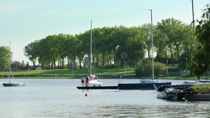 Припаркованные яхты на красивом речном береге стоковое фото rf