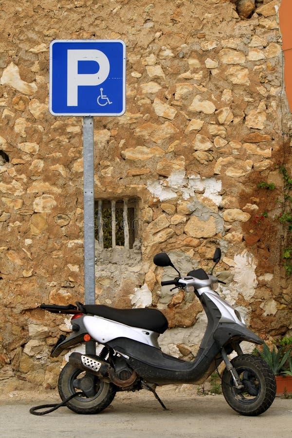 Припаркованный старый мопед стоковая фотография rf