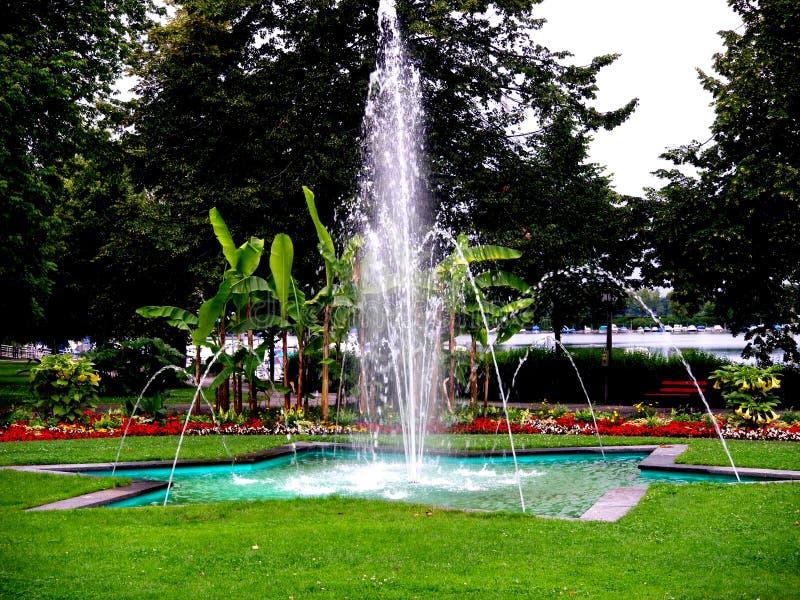Припаркуйте в Lindau на Bodensee с fontaine воды в Германии в временени стоковое изображение