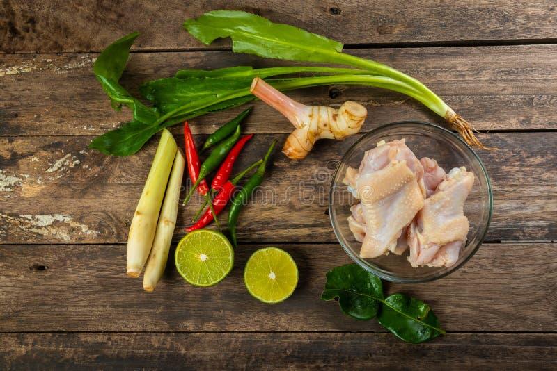 Приправлять супа Тома цыпленка Yum готовый для варить стоковое изображение