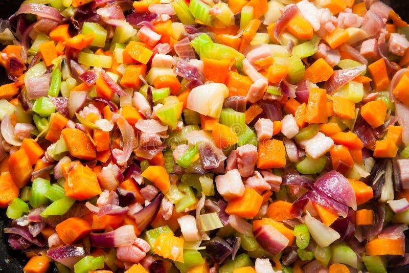 Приправляет кухню Моркови, сельдерей, лук, чеснок и бекон стоковая фотография