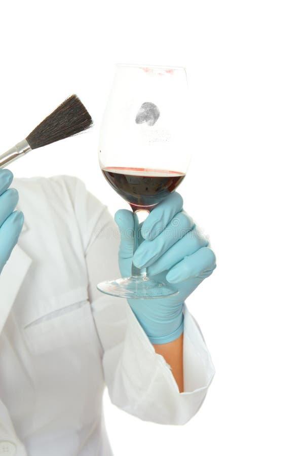 припудривание fingerprints судебнохимический стеклянный научный работник стоковое изображение rf
