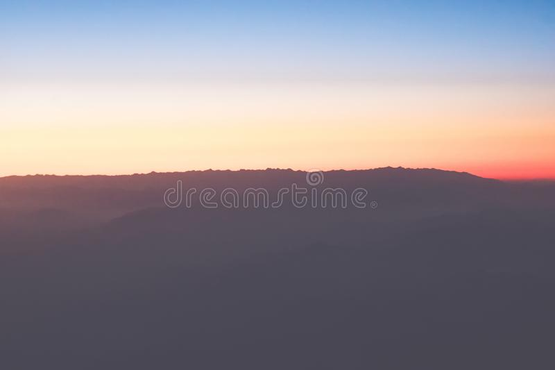 Природа в twilight периоде, восходе солнца или заходе солнца над горой стоковые фото