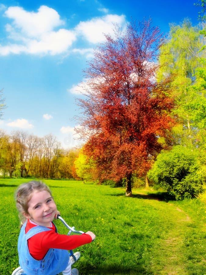 природа девушки счастливая стоковые фото