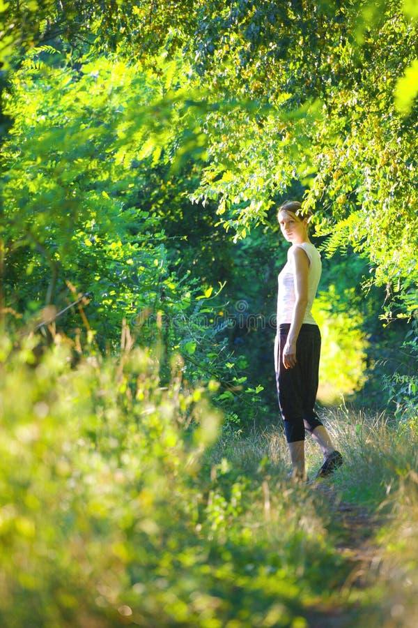природа девушки стоковое изображение rf