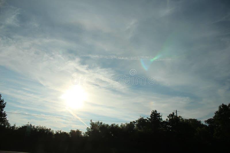 Природа, деревья, небо, Солнце, облака стоковые изображения rf