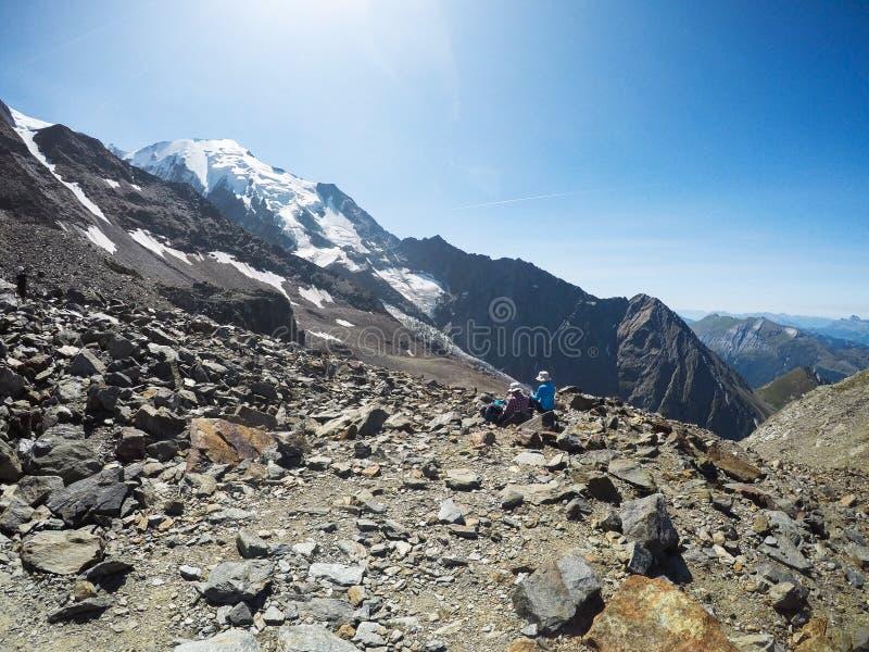 Природа и человек Любовники в горах o стоковые изображения