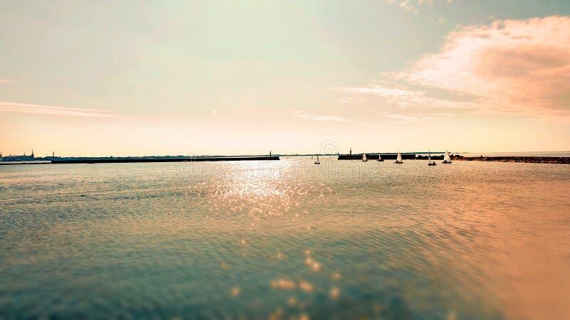 Природа ландшафта предпосылки seascape захода солнца моря заволакивает солнечный свет коралла цвета пинка океанской волны живя стоковые фото