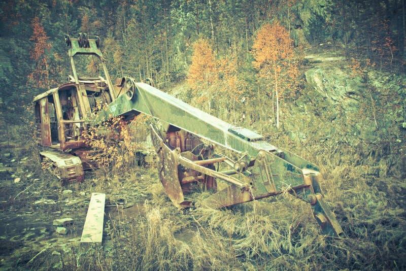 Природа осени ландшафта старого ржавого экскаватора промышленная стоковая фотография