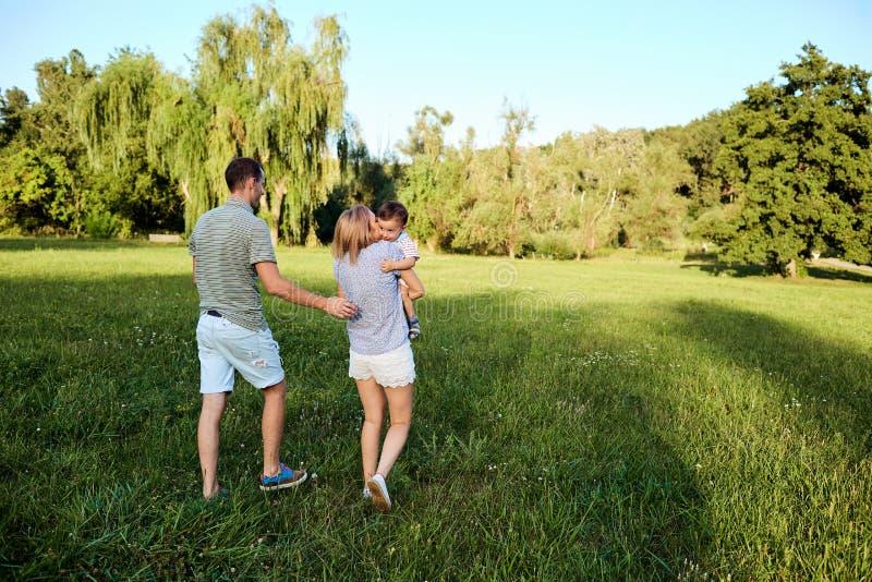 природа семьи счастливая стоковое изображение