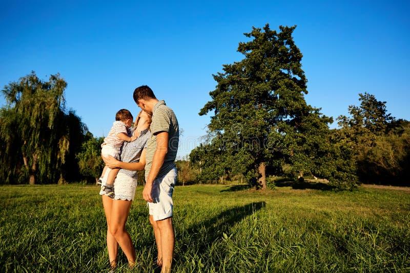 природа семьи счастливая стоковые изображения rf