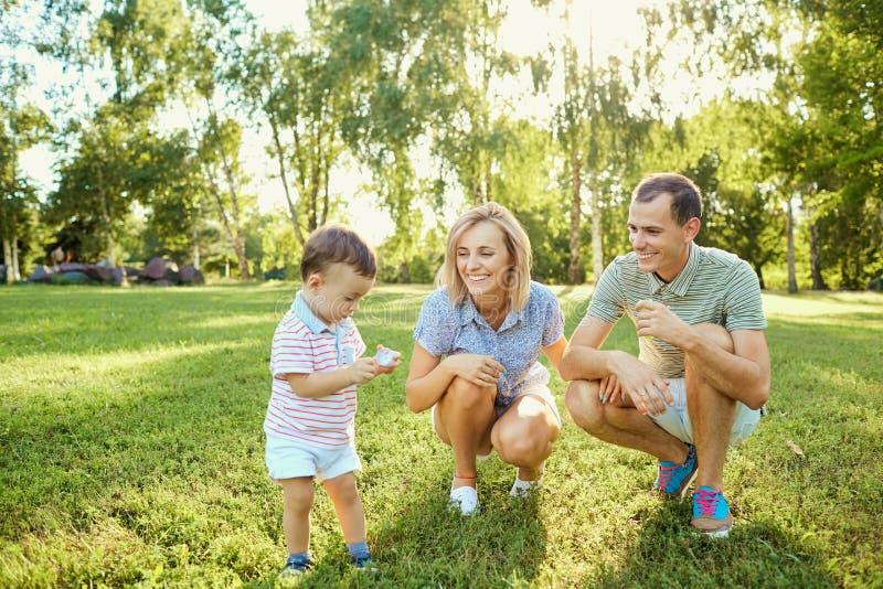 природа семьи счастливая стоковые изображения