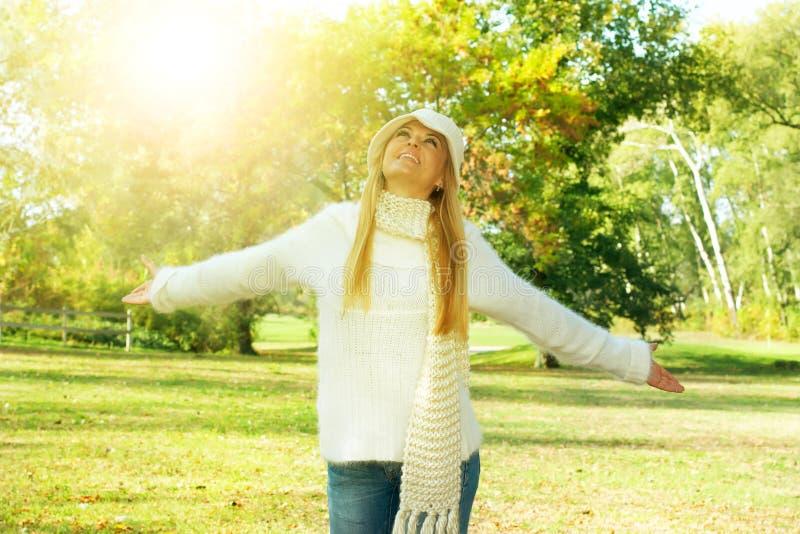 Природа enjoment девушки счастья стоковые изображения rf