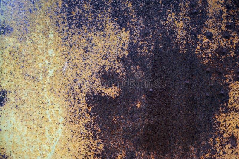 Природная ржавая поверхность со старой краской и эрозией стоковые фотографии rf
