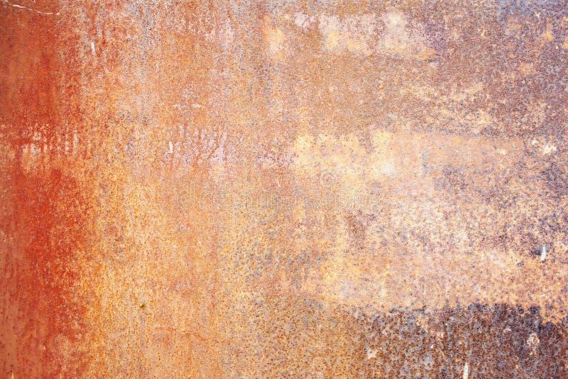 Природная ржавая поверхность со старой краской и эрозией стоковое фото