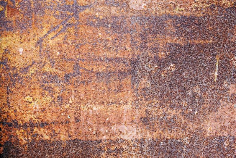 Природная ржавая поверхность со старой краской и эрозией стоковые изображения