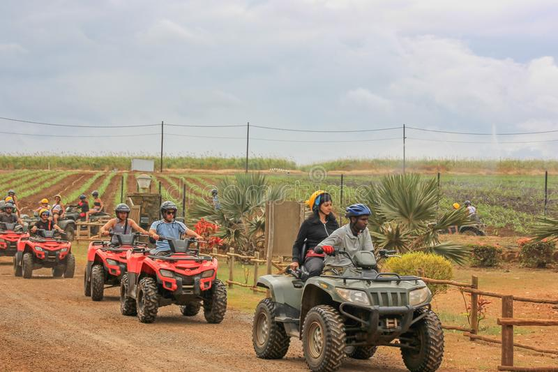 Июль 2014 Природный парк Casela, Маврикий, Африка Начало отключения приключения сафари велосипеда квадрацикла группы на пасмурный стоковые фото