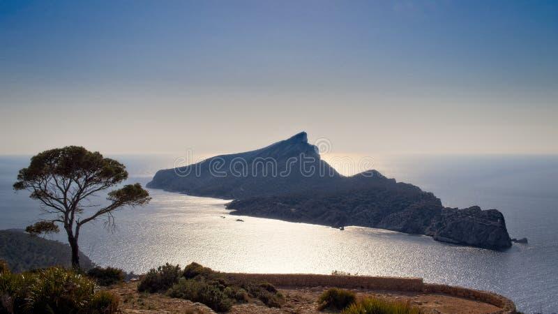 Природный парк Sa Dragonera, дневное время, монастырь Trapa Sa, взгляд Средиземного моря, деревьев, природы в переднем плане, сол стоковое фото