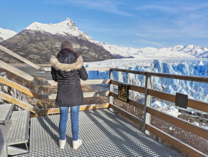 природный пейзаж repito moreno ледник калафат аргентины женщины-женщины смотрят стоковые фото