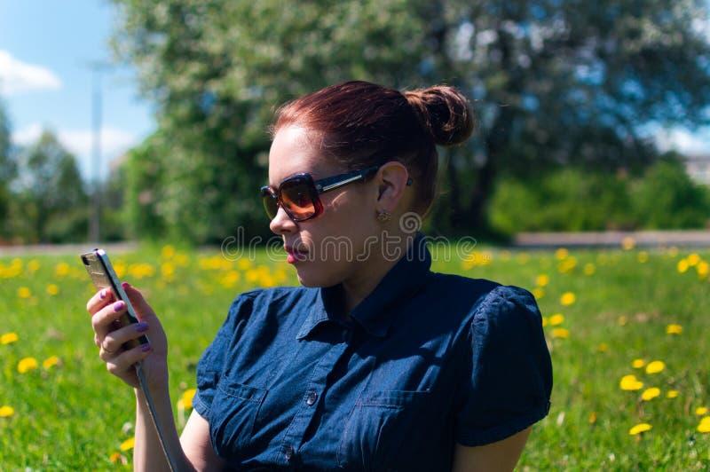 Природа, женщина и мобильный телефон влюбленности стоковые фото