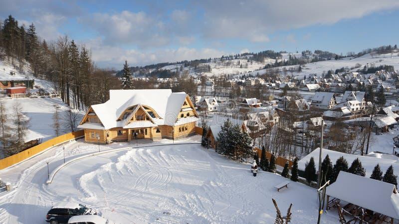Природа зимы лыжного курорта деревни Zakopane, Польши стоковое фото rf
