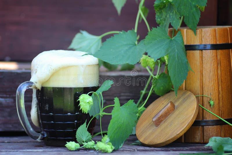 Природа стекла темного пива деревянная стоковые изображения