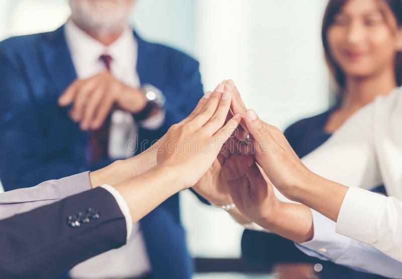 Присоединяться команды женщины и человека делового партнера и рука стога совместно для проекта начала вверх нового стоковая фотография rf