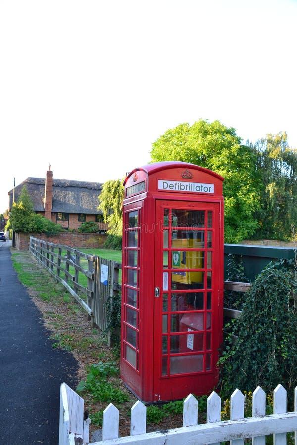Приспособленная дефибриллятором коробка телефона в Англии Великобритании стоковые изображения rf