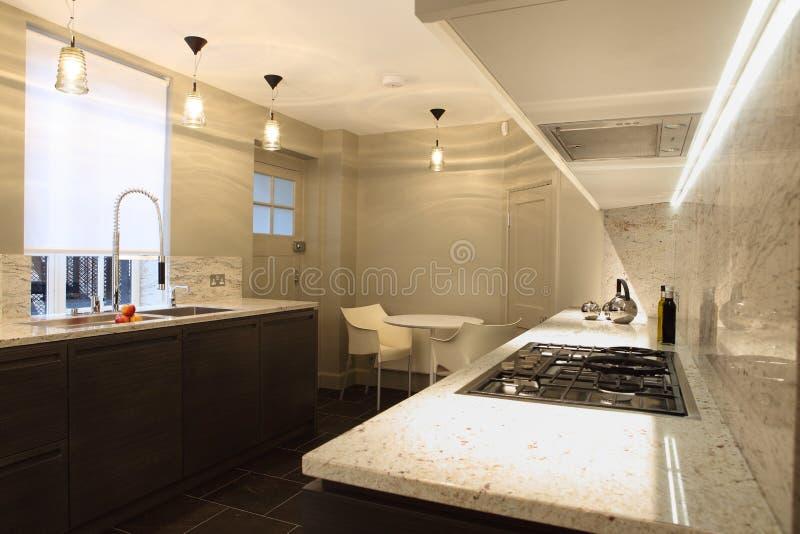 приспособленные счетчиком верхние части мрамора кухни стильные стоковое изображение
