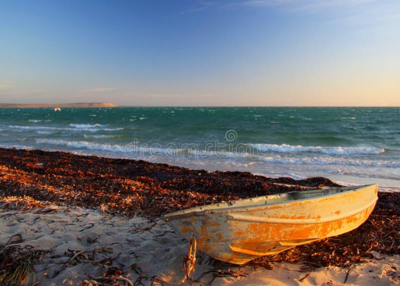 приставанная к берегу шлюпка стоковое фото rf