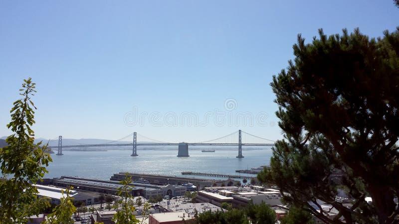 Пристани Сан-Франциско и мост залива во время дня стоковое изображение rf