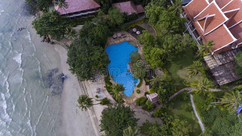 Пристаньте бортовой курорт к берегу окруженный зелеными деревьями и открытым морем стоковое изображение rf