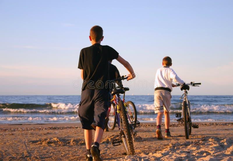 пристаньте велосипедистов к берегу стоковые изображения rf