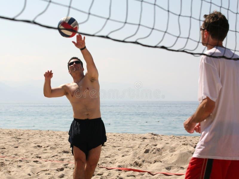 пристаньте волейбол к берегу стоковые фотографии rf